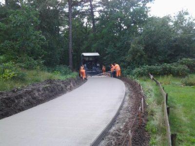aanleg beton fietspad in Schoorlse Duinen