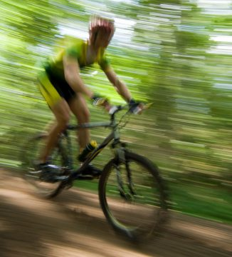 mountainbiker in volle vaart